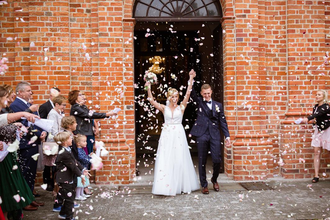 Para wychodząca z Kościoła - filmowanie wesel